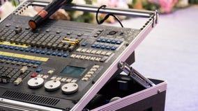 音频搅拌器 数量的放大器接近的瘤声音 音乐混合的工程学设备 免版税库存图片