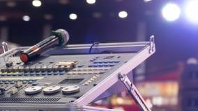 音频搅拌器 数量的放大器接近的瘤声音 音乐混合的工程学设备 库存照片