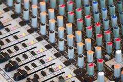 音频混合的控制台控制 免版税库存照片