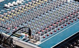 音频混合的控制台 免版税库存图片