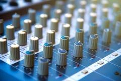 音频混音器khob按钮板panel&amplifier设备, s 免版税库存图片