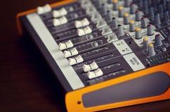音频演播室合理的混合的调平器设备板滑子和 免版税库存照片