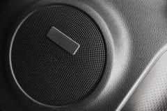 音频的汽车,在门的圆的旁边报告人 库存照片