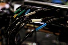 音频缆绳被连接到混合的书桌 免版税库存照片