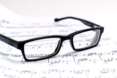 活页乐谱和玻璃 免版税库存图片