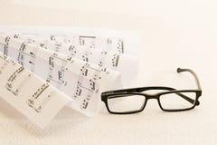 活页乐谱每玻璃 免版税库存图片