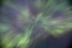 顶上北极光的舞蹈 免版税图库摄影