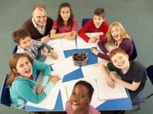 顶上的学童一起查看工作 库存图片
