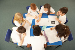 顶上的学童一起查看工作 免版税库存图片