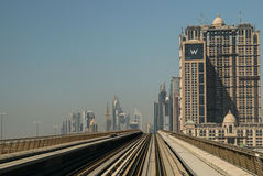 顶上的现代城市迪拜地铁 免版税库存照片