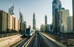 顶上的现代城市迪拜地铁 库存图片