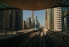 顶上的现代城市迪拜地铁 免版税库存图片