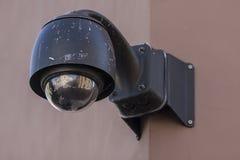 顶上的监视CCTV安全监控相机 免版税库存照片