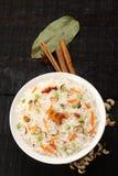 顶上的看法碗可口素食主义者炒饭用印度大米 库存图片