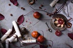 顶上的观点的在一张桌上的红色桔子与叶子和纸纸卷 浪漫情书或婚礼邀请 顶视图 库存照片