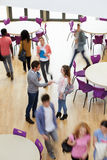 顶上的观点的学院家庭教师欢迎学生 免版税库存图片