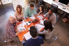 顶上的观点的设计师开会议在表附近 库存图片
