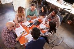 顶上的观点的设计师开会议在表附近 免版税库存图片