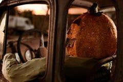 顶头人老南瓜生锈的坐的卡车 免版税图库摄影