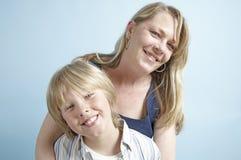 顶头母亲担负儿子 免版税库存图片
