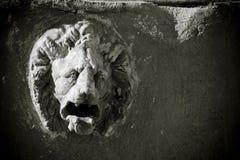 顶头狮子雕塑 免版税库存照片
