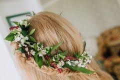 顶头白肤金发的女孩花圈开花猪尾室 库存图片