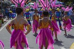 顶头礼服的街道舞蹈家有五颜六色的椰子服装的在路执行 图库摄影