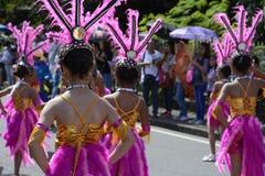 顶头礼服的街道舞蹈家有五颜六色的椰子服装的在路执行 库存照片