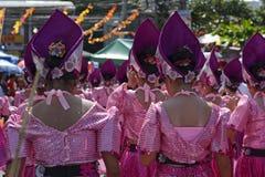 顶头礼服的街道舞蹈家有五颜六色的椰子服装的在路执行 免版税库存图片