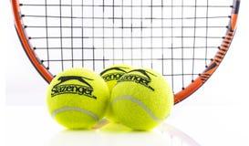 顶头网球拍和Slazenger球在白色背景 库存图片