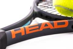 顶头网球拍和Slazenger球在白色背景 免版税库存图片