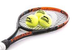 顶头网球拍和Slazenger球 免版税库存照片