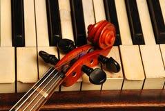 顶头老部分钢琴葡萄酒小提琴 库存照片