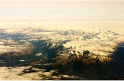 从顶层的山景通过云彩 免版税库存图片