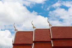 顶房顶佛教寺庙和蓝天上面  免版税库存图片