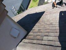 顶房顶在住宅木瓦的泄漏修理在过程中 免版税图库摄影