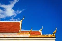 顶房顶在泰国寺庙的山墙与蓝天 图库摄影