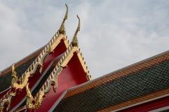 顶房顶在泰国样式, Wat Pho,泰国的山墙 免版税库存图片