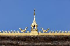 顶房顶在老挝寺庙蓝天的上面  图库摄影