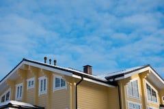 顶房顶在蓝天背景的现代村庄 免版税库存图片