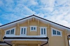 顶房顶在蓝天背景的现代村庄 免版税图库摄影