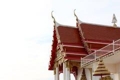 顶房顶寺庙陶瓷棕色红色,教会屋顶寺庙亚洲泰国在白色天空 库存照片
