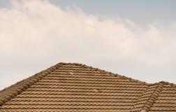 顶房顶房子与在蓝天的铺磁砖的屋顶 库存图片