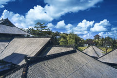 顶房顶房子与在蓝天的铺磁砖的屋顶 免版税库存照片
