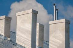 顶房顶房子与烟囱反对天空,背景 免版税图库摄影