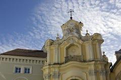 顶房顶教会的十字架和窗口圣徒圣母玛丽亚 免版税图库摄影