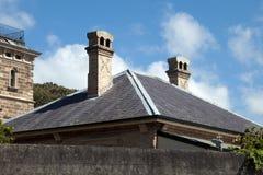 顶房顶村庄上面和烟囱在观测所小山 免版税库存图片