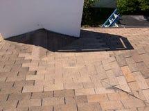 顶房顶泄漏修理和蟋蟀改建在住宅木瓦屋顶 免版税库存图片