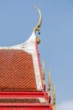 顶房顶泰国寺庙样式与在上面的山墙尖顶 免版税库存照片