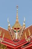 顶房顶泰国寺庙样式与在上面的山墙尖顶 免版税库存图片